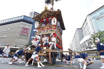 最大の見せ場、四条河原町で行われた長刀鉾の「辻回し」=京都市下京区で2019年7月17日午前9時50分、川平愛撮影