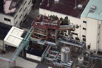 爆発があった三菱ガス化学四日市工場=三重県四日市市で2019年7月17日午後6時49分、本社ヘリから小松雄介撮影