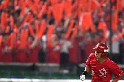 【大阪市(日本生命)-岡山市(シティライト岡山)】七回表大阪市1死、先制本塁打を放ち、盛り上がる応援席を背にして本塁へ向かう原田=東京ドームで2019年7月17日、久保玲撮影