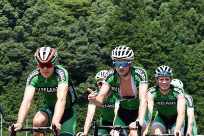 国道を走るアイルランドの選手たち=島根県益田市で、竹内之浩撮影