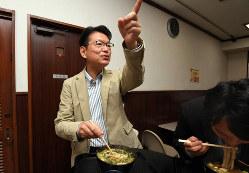 立ち食いそば屋で秘書と一緒に食事する、長妻昭氏(左)=東京都世田谷区太子堂で2019年7月17日午後0時26分、宮本明登撮影