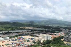 深圳対岸にある香港の落馬洲(写真奥)では「深港創新・科技園」の建設が進む(筆者撮影)