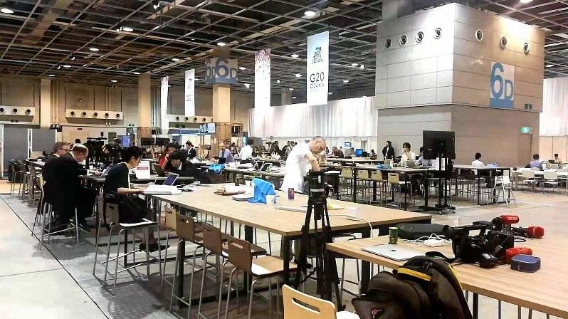G20の国際メディアセンターには各国から記者が集結した=大阪市で6月27日、赤間清広撮影