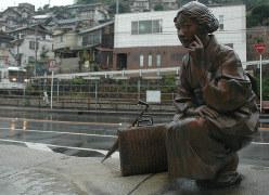 雨の日の林芙美子像=広島県尾道市で2008年9月24日、手塚さや香撮影