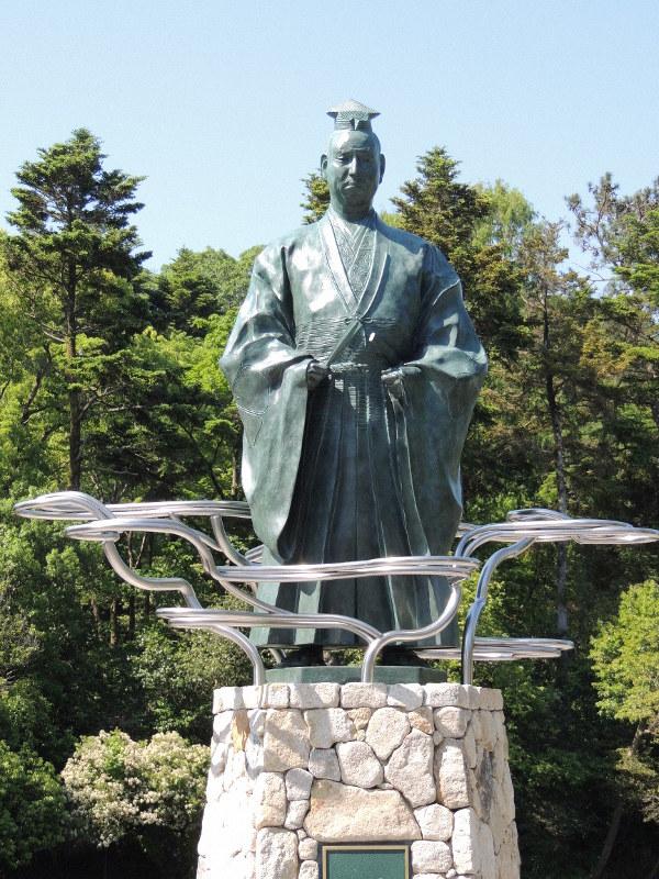 亀山城跡(京都府亀岡市)の堀の前に立つ明智光秀公像=2019年5月24日撮影