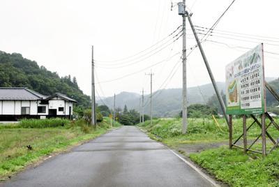 移住者向けに町有地を整備したものの2棟の民家と看板以外は田園風景が広がる「高手の里」=栃木県那珂川町大山田下郷で