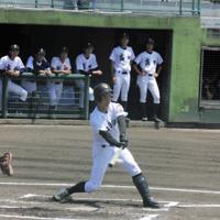 【高田-五泉】一回裏五泉1死一、二塁、片野が適時打を放ち1点先制=新潟市中央区の鳥屋野野球場で