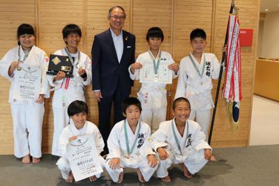 九州大会で優勝した海野さん(後列右から2人目)ら