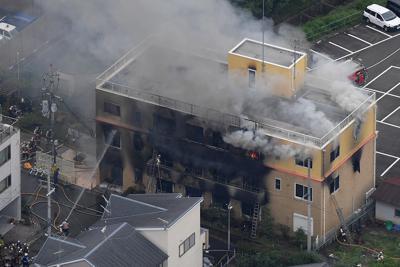 火災で煙を上げて燃える「京都アニメーション」の建物=京都市伏見区で2019年7月18日午前11時36分、本社ヘリから山田尚弘撮影
