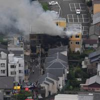 火災で煙を上げて燃える「京都アニメーション」の建物=京都市伏見区で2019年7月18日午前11時31分、本社ヘリから山田尚弘撮影
