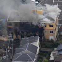 火災で煙を上げて燃える「京都アニメーション」の建物=京都市伏見区で2019年7月18日午前11時37分、本社ヘリから山田尚弘撮影