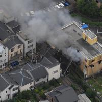 火災で煙を上げて燃える「京都アニメーション」の建物=京都市伏見区で2019年7月18日午前11時29分、本社ヘリから山田尚弘撮影