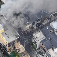 火災があった「京都アニメーション」第1スタジオ(左)=京都市伏見区で2019年7月18日午前11時56分、本社ヘリから山田尚弘撮影