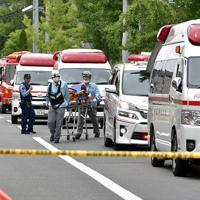 救助活動で騒然とする火災現場付近=京都市伏見区で2019年7月18日午後0時31分、川平愛撮影