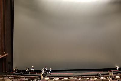 高さ18.9メートルのスクリーン=2019年7月17日、村田由紀子撮影