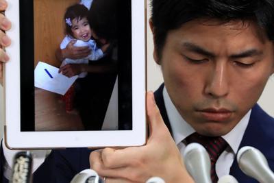 昨年の父の日のプレゼントとして長女から絵をもらった時の動画を見せる遺族の男性=東京・霞ケ関の司法記者クラブで2019年7月18日午後4時4分、梅村直承撮影