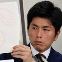 昨年の父の日のプレゼントとして長女からもらった絵を見せる遺族の男性=東京・霞ケ関の司法記者クラブで2019年7月18日午後4時半、梅村直承撮影