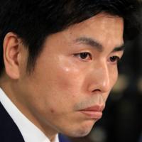 妻子への思いを語り涙ぐむ遺族の男性=東京・霞ケ関の司法記者クラブで2019年7月18日午後4時13分、梅村直承撮影