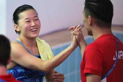 女子3メートル板飛び込み準決勝で、8位で決勝に進んで東京五輪出場を確実にし、寺内健(右)と喜ぶ三上紗也可(左)=韓国・光州で2019年7月18日、宮武祐希撮影