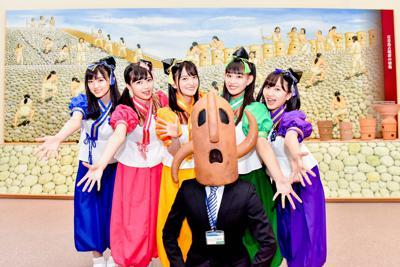 「なにわのはにわ(世界遺産決定記念ver.)」を公開した「たこやきレインボー」と「ハニワ課長」=堺市博物館で
