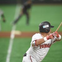 【門真市(パナソニック)-名古屋市(東邦ガス)】四回裏名古屋市2死三塁、若林が先制の適時二塁打を放つ。左奥は三塁走者の上内=東京ドームで2019年7月18日、丸山博撮影