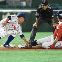 【東京都(明治安田生命)-大津町(ホンダ熊本)】七回表東京都無死二塁、大野のバントで二塁走者の泉沢が三塁を狙うがタッチアウト。三塁手・和田=東京ドームで2019年7月18日午後7時50分、丸山博撮影