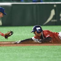 【東京都(明治安田生命)-大津町(ホンダ熊本)】七回表東京都2死一塁、井村の中前打で一塁走者の大野が三塁を狙うがタッチアウト。三塁手・和田=東京ドームで2019年7月18日、丸山博撮影