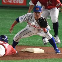 【東京都(明治安田生命)-大津町(ホンダ熊本)】七回表東京都2死一塁、井村の中前打で一塁走者の大野が三塁を狙うもアウト(野手・和田)=東京ドームで2019年7月18日、久保玲撮影