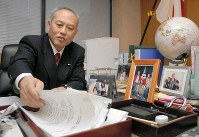 Yoichi Masuzoe is seen during his time as minister of health, labor and welfare, in this file photo taken on Dec. 4, 2007. (Mainichi/Hiroshi Maruyama)