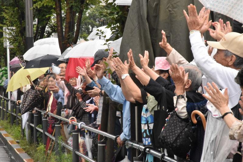 候補に手を振る人たち=東京都江東区で、2019年7月14日午後1時59分=須藤孝撮影