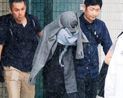 福岡県警に逮捕された元運営者の友人(中央)=7月10日(画像の一部を加工しています)
