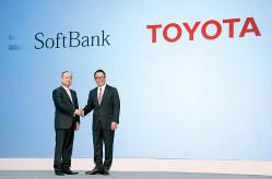 MaaSで戦略的提携を発表したトヨタ自動車の豊田章男社長(右)とソフトバンクグループの孫正義会長券社長=2018年10月