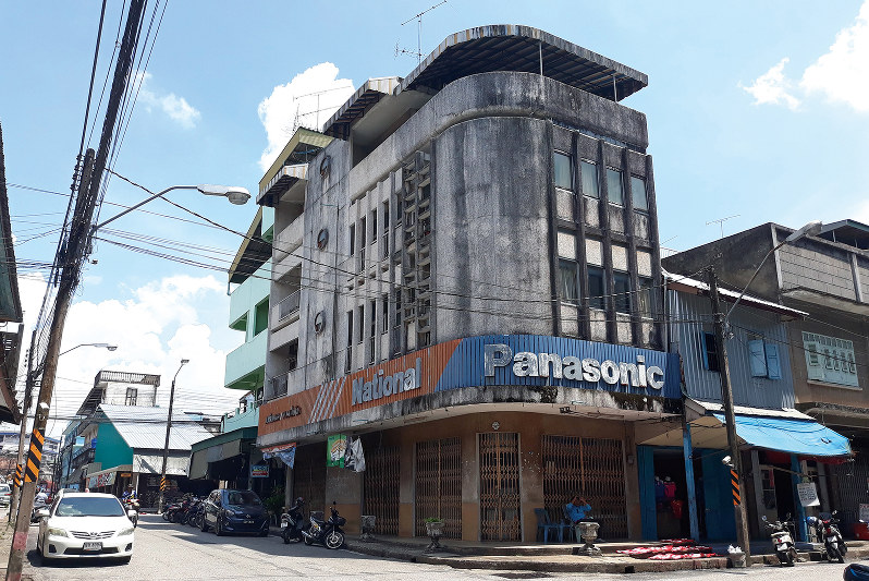 古びた建物が目立つマレーシアとの国境の街スンガイコロク(ナラティワート県)(NNA撮影)