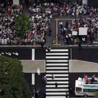 参院選候補者らの演説を聞こうと集まる有権者=東京都大田区で4日、本社ヘリから喜屋武真之介撮影(画像の一部を加工しています)