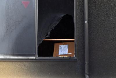 火災のあった「京都アニメーション」第1スタジオ内で焼け残ったと見られる絵=京都市伏見区で2019年7月19日午前10時11分、小松雄介撮影