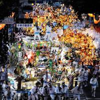 電飾をともして競演する黒崎祇園の山笠=北九州市八幡西区で2019年7月19日午後7時25分、津村豊和撮影
