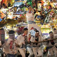 電飾をともし、引き回される黒崎祇園の山笠=北九州市八幡西区で2019年7月19日午後7時54分、津村豊和撮影