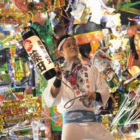 電飾をともす黒崎祇園の山笠に乗る男性=北九州市八幡西区で2019年7月19日午後7時54分、津村豊和撮影