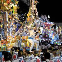 電飾をともして競演する黒崎祇園の山笠=北九州市八幡西区で2019年7月19日午後8時7分、津村豊和撮影