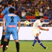 【川崎-チェルシー】後半、FKからゴールを狙うチェルシーのジル-(右)=日産スタジアムで2019年7月19日午後8時32分、佐々木順一撮影