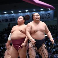 友風(左)にはたき込みで敗れた鶴竜=ドルフィンズアリーナで2019年7月19日、兵藤公治撮影