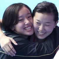 女子3メートル板飛び込み決勝で順位が確定し、東京五輪出場が内定して宮本葉月(左)と喜ぶ三上紗也可=韓国・光州で2019年7月19日、宮武祐希撮影