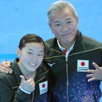 女子3メートル板飛び込み決勝で、東京五輪出場が内定して喜ぶ三上紗也可(左)と安田千万樹コーチ=韓国・光州で2019年7月19日、宮武祐希撮影