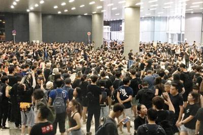 香港の立法会(議会)庁舎前で抗議活動をする若者たち=2019年6月16日午後10時32分、福岡静哉撮影