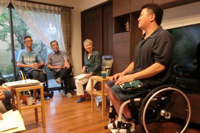 「ミニお茶セミナー」でパラアスリート、石原正治さん(右)の話に耳を傾ける参加者たち=東京都内で2019年7月6日、山田奈緒撮影