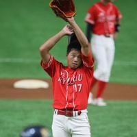 【大阪市(NTT西日本)-北九州市(JR九州)】初回に押し出し四球を与えてマウンドで汗をぬぐう北九州市の先発・吉田=東京ドームで2019年7月19日、山本晋撮影