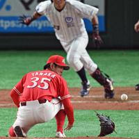 【大阪市(NTT西日本)-北九州市(JR九州)】三回表大阪市無死、中西(奥)の強烈な打球でグラブをはじかれる北九州市の投手・田中和=東京ドームで2019年7月19日、丸山博撮影