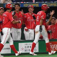【大阪市(NTT西日本)-北九州市(JR九州)】四回裏北九州市1死一、二塁、東向の2点二塁打で生還した2走者を笑顔で迎える北九州市の選手たち=東京ドームで2019年7月19日、久保玲撮影