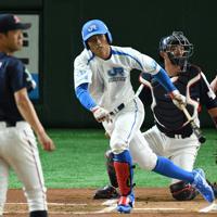 【高松市(JR四国)-神戸市・高砂市(三菱重工神戸・高砂)】一回表高松市2死一塁、北尾が先制の適時二塁打を放つ。投手・守安、捕手・森山=東京ドームで2019年7月19日、丸山博撮影