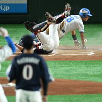 【高松市(JR四国)-神戸市・高砂市(三菱重工神戸・高砂)】一回表高松市2死一塁、北尾(手前左)の二塁打で三好(奥右)が生還して先制=東京ドームで2019年7月19日、丸山博撮影